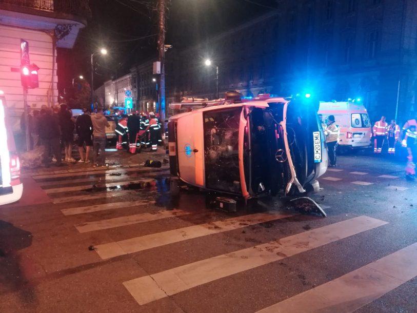 Videó: baleset során felborult Kolozsváron egy mentőautó